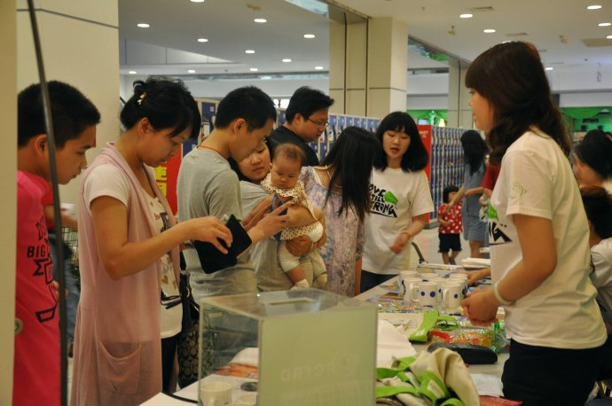现场展板,创意产品吸引了不少前来购物的顾客驻足