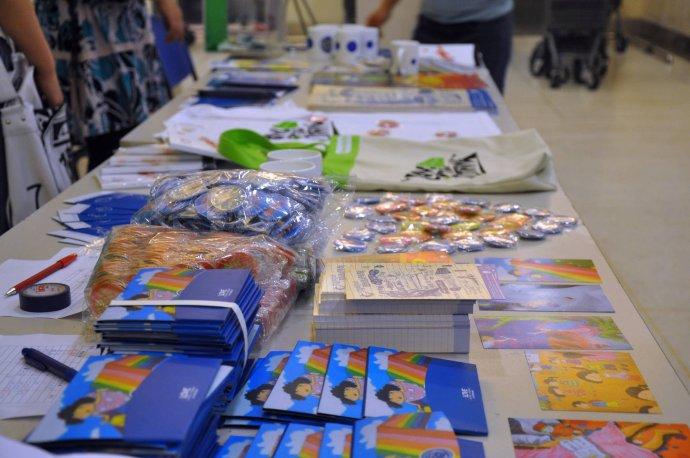 此次活动分为三个部分,第一部分为罕见病科普宣传,以展板介绍、志愿者解说、发放资料的方式介绍罕见病基本知识;第二部分为募捐,由志愿者在沃尔玛超市人流密集区劝募,向大众介绍罕见病在国内的现状,动员大家为成骨不全儿童的关怀救助出一份力;第三部分是本次活动一个亮点,由瓷娃娃关怀协会综合公益、艺术、实用的元素开发的创意产品,包括瓷娃娃主题明信片、爱心徽章、漂亮本子、环保帆布袋、个性T恤、马克杯、爱心车贴等,现场义卖,来为成骨不全儿童筹集善款。北京小学的孩子们绘制了漂亮的宣传横幅悬挂在活动现场。